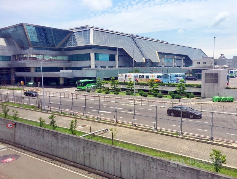 桃園國際機場2020年將在第二航廈(圖)停車場測試無人自駕車接駁,旅客只要輸入車號,就可將旅客及行李送到停車點,不必再拖著大包小包行李,在龐大的停車場找車。(中央社檔案照片)