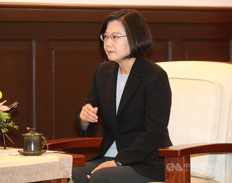 總統蔡英文(圖)26日在總統府接見「美國聯邦眾議員佛羅瑞斯及瑞森紹爾訪問團」,她回應美國副總統彭斯日前公開演講提到「美國跟台灣是站在一起的,捍衛台灣得來不易的自由」表示,台灣是美國堅定的夥伴;也強調,香港情勢的惡化更凸顯出台美共同捍衛自由民主價值的重要性。中央社記者張皓安攝 108年11月26日