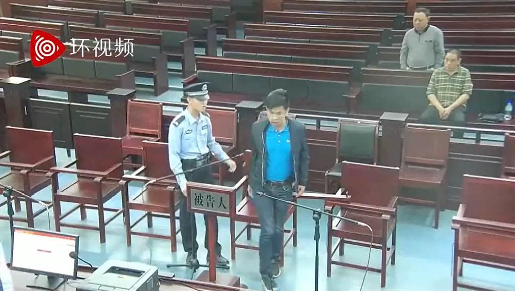 中共外圍官媒環球網27日晚間公布一段影片,內容是自稱中國間諜的「王立強」(藍衣者)2016年在福建省光澤縣人民法院被依詐騙罪判刑的畫面。(圖取自環球網微博網頁weibo.com)