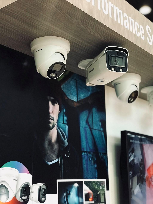 華爾街日報26日報導,中國監視產業欣欣向榮背後,英特爾等美國科技大廠零件、財力和專業知識扮演重要角色。(圖取自facebook.com/hikvisionusainc)
