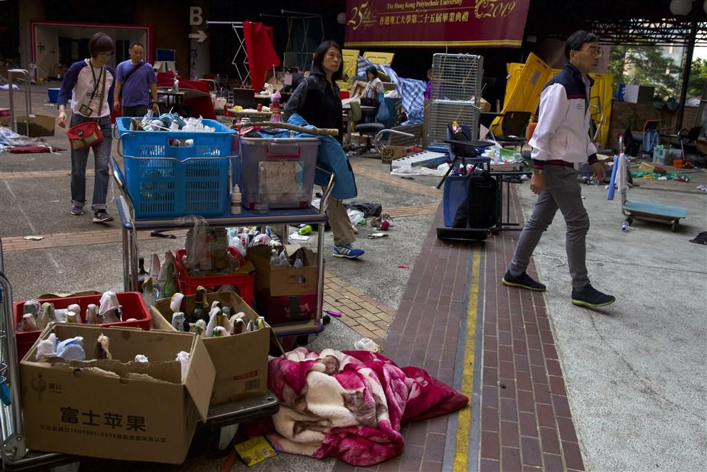 香港理工大學27日上午派出100多人到校內搜尋留守示威者,但並未發現有人留守校園。(美聯社)