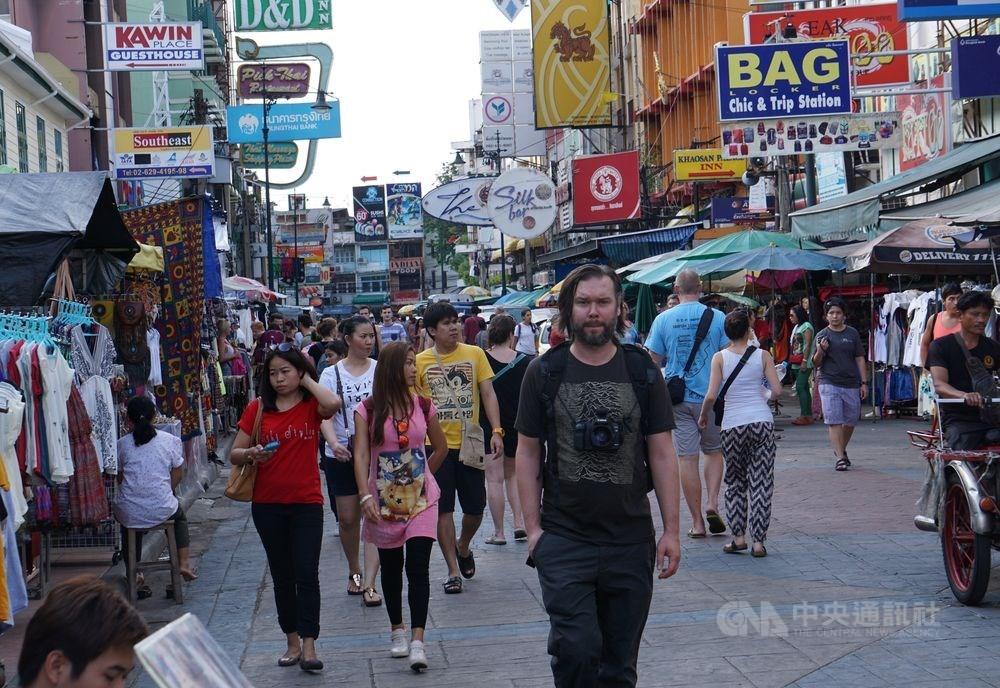 泰國曼谷市政府規劃在隆路、耀華力路、考山路等3處最受遊客歡迎的街區,固定時間封路成為行人專用區。圖為考山路一景。(中央社檔案照片)