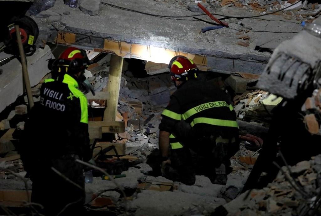阿爾巴尼亞國防部表示,阿國數十年來最強烈地震造成的死亡人數28日增加到40名。圖為義大利搜救隊在西部港市杜拉索搜救。(路透社提供)