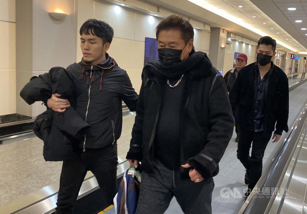 藝人高以翔在中國錄製電視節目時意外猝死,震驚演藝界;高以翔的父親(左2)28日晚間搭機返台,面對媒體僅回應「謝謝你們」,低調沒有多談。中央社記者邱俊欽桃園機場攝 108年11月28日