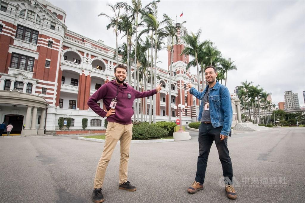 法國超現實主義攝影師哈布奇(Victor Habchy)(左)與採訪過巴黎各大餐廳的法國美食記者萊爾(Ali Lair)(右),獲選參加由中華文化總會主辦的「來去總統府住一晚」體驗活動。中央社記者林俊耀攝 108年11月28日