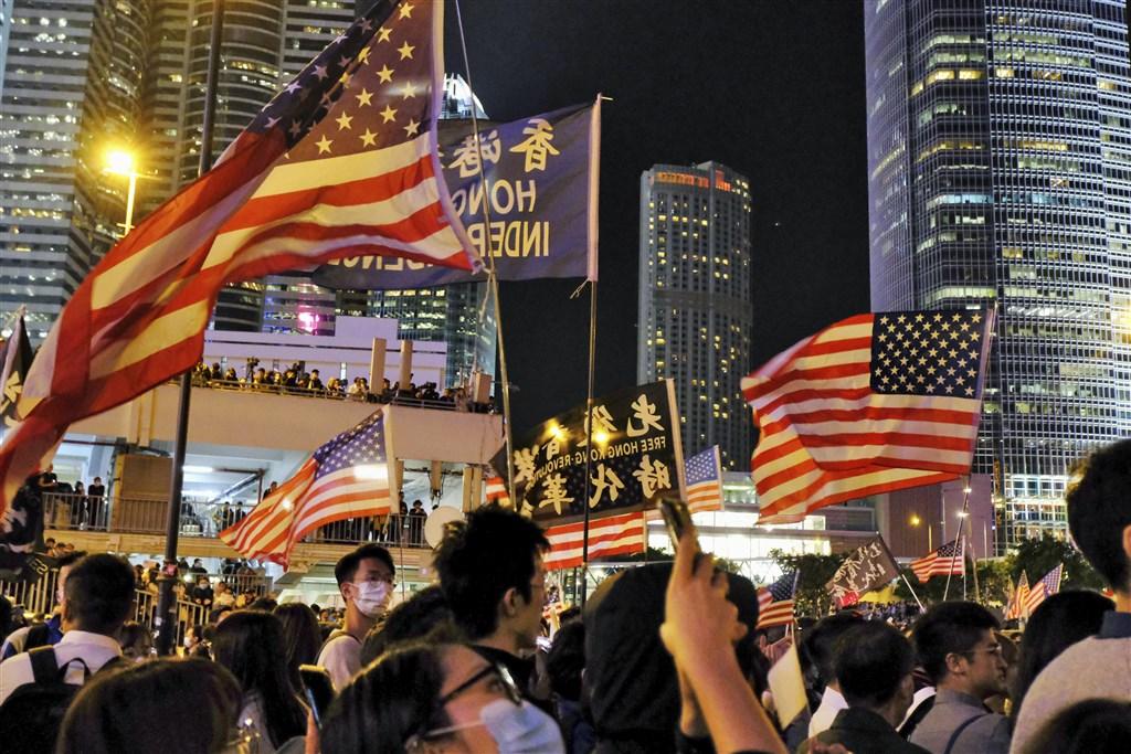 「香港人權與民主法案」日前正式生效,北京大為跳腳。取消香港特殊待遇、制裁損害香港個人與實體,是法案兩大重點。圖為香港民眾28日晚間參加感恩節集會,感謝美國國會通過及總統川普簽署實施「香港人權與民主法案」。(共同社提供)