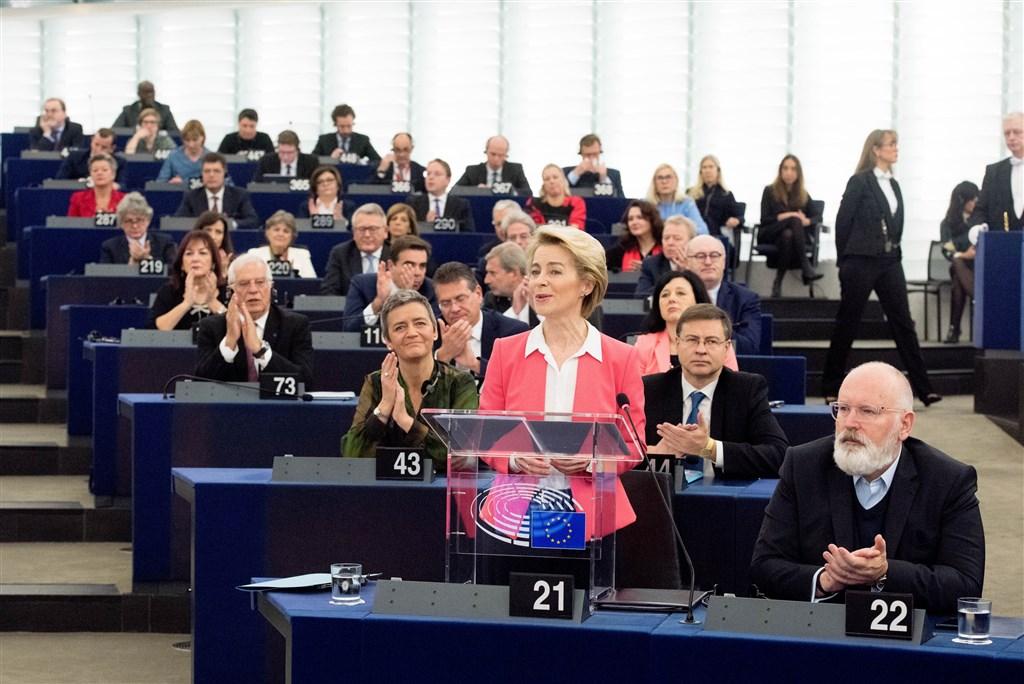 歐洲議會議員27日以461票贊成157票反對,同意德國籍的范德賴恩(前左)擔任歐盟執委會主席以及由26位執委組成的新團隊。(圖取自twitter.com/EU_Commission)