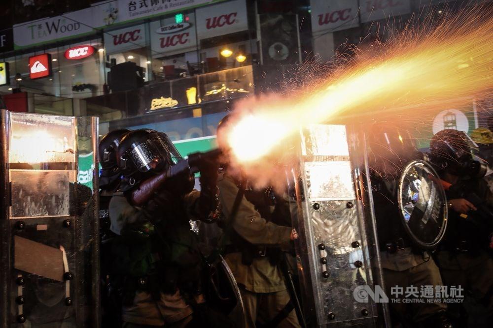 香港警務處處長鄧炳強說,他個人支持政府設立獨立檢討委員會調查社會動盪成因。圖為8月31日反送中遊行,警方發射催淚彈強勢驅離示威民眾。(中央社檔案照片)