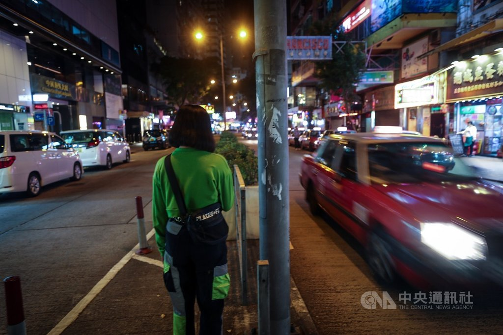 香港女孩Zoe因與朋友聊天閒逛,誤闖理工大學遭困36小時,親眼見證許多受困者只是普通民眾,卻遭警方包圍淪為「暴徒」。圖為幸運離開的Zoe於108年11月22日攝於香港街頭。中央社記者吳家昇攝 108年11月29日