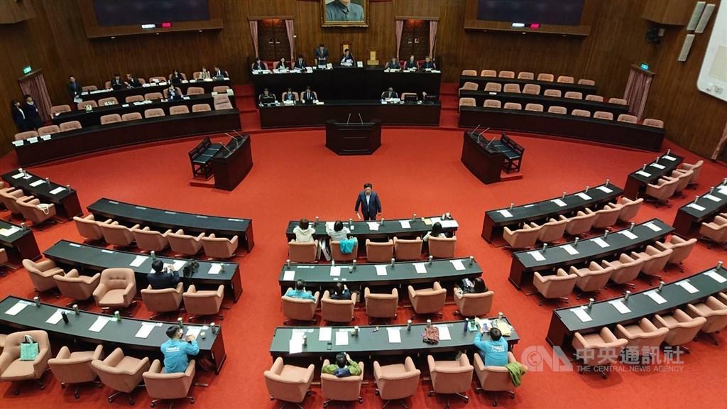 立法院會29日處理民進黨立法院黨團所提的反滲透法草案逕付二讀,藍綠祭出甲級動員令,全案在無人提出異議下順利通過。中央社記者王揚宇攝 108年11月29日