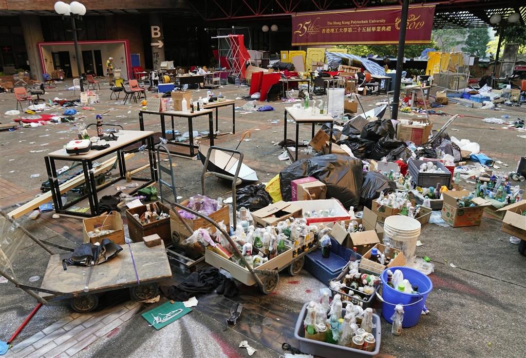 香港警方29日中午解封理工大學校園,但由於校園不安全,校方暫時關閉校園,以便修復。(共同社提供)