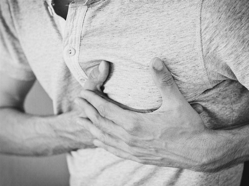 氣溫直直落,心肌梗塞風險也增加。國健署強調,心肌梗塞症狀男女有別,男性包括常見的胸悶、呼吸困難、暈眩等;女性則較常有噁心、手麻、背痛、呼吸不順等。(示意圖/圖取自Pixabay圖庫)