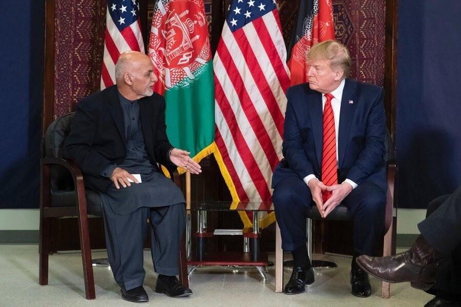 美國總統川普(右)上任後28日首度造訪阿富汗會晤阿富汗總統甘尼(左),並表示已和塔利班組織恢復談判。(圖取自twitter.com/ashrafghani)