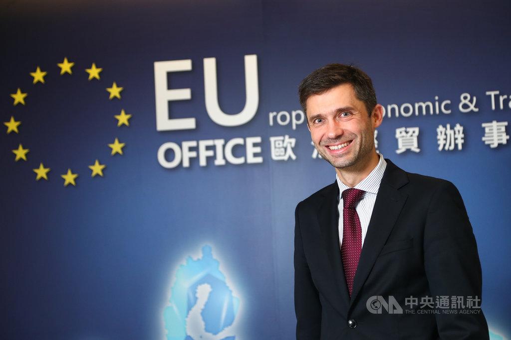 9月正式接任歐盟駐台代表的高哲夫表示,台灣是國際社會不可或缺的夥伴,談到駐台4年的工作目標,高哲夫接受中央社專訪時提出3大優先任務,包括提升歐盟在台灣的能見度;促進台歐之間的連結,提升不同階層的實質關係,以及鼓勵更多台商到歐洲投資。中央社記者王騰毅攝 108年11月30日