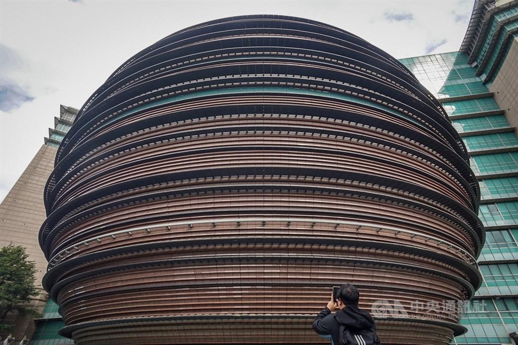 陪伴台北人18年的京華城將走入歷史,30日最後營業日,不少民眾特地前往拍照留念。中央社記者裴禛攝 108年11月30日