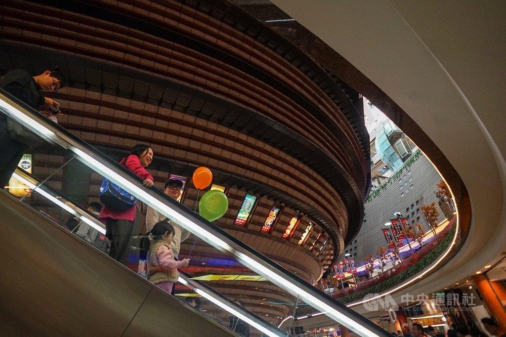 陪伴台北人18年的京華城將走入歷史,30日最後營業日,不少民眾把握機會前往京華城購物,希望留下美好記憶。未來中石化接手後,規劃拆除地上物,並興建商辦大樓,京華城的球體建築自此走入歷史。中央社記者裴禛攝 108年11月30日