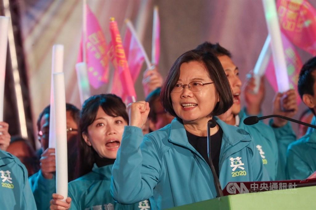 總統蔡英文(前)29日晚間到台北大安森林公園出席台灣搖滾派對,率立委參選人向選民拉票,呼籲支持者投給民進黨提名及支持的立委參選人,打造最強「台灣隊」。中央社記者裴禛攝 108年11月29日