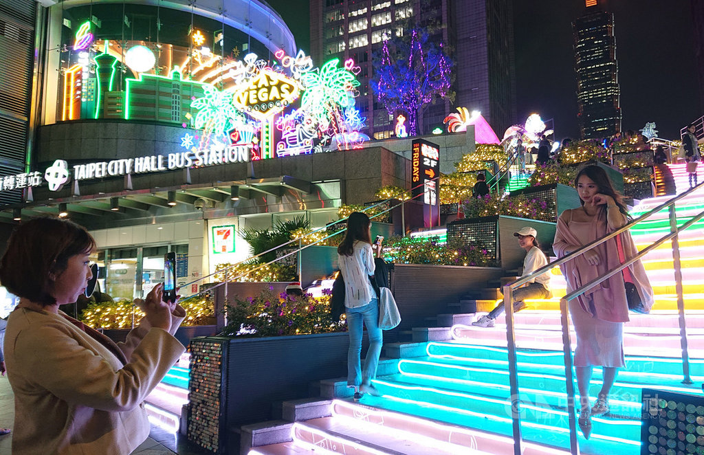 統一時代百貨台北店今年以美國Las Vegas為主題城市,營造不同風情的耶誕驚喜,路人經過都忍不住停留拍照。中央社記者潘姿羽攝 108年11月30日