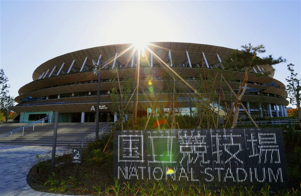 2020年東京奧運與帕運主場館「國立競技場」30日完工,造價約1569億日圓(約新台幣437億元),是日本首座破千億日圓的體育場。(共同社提供)