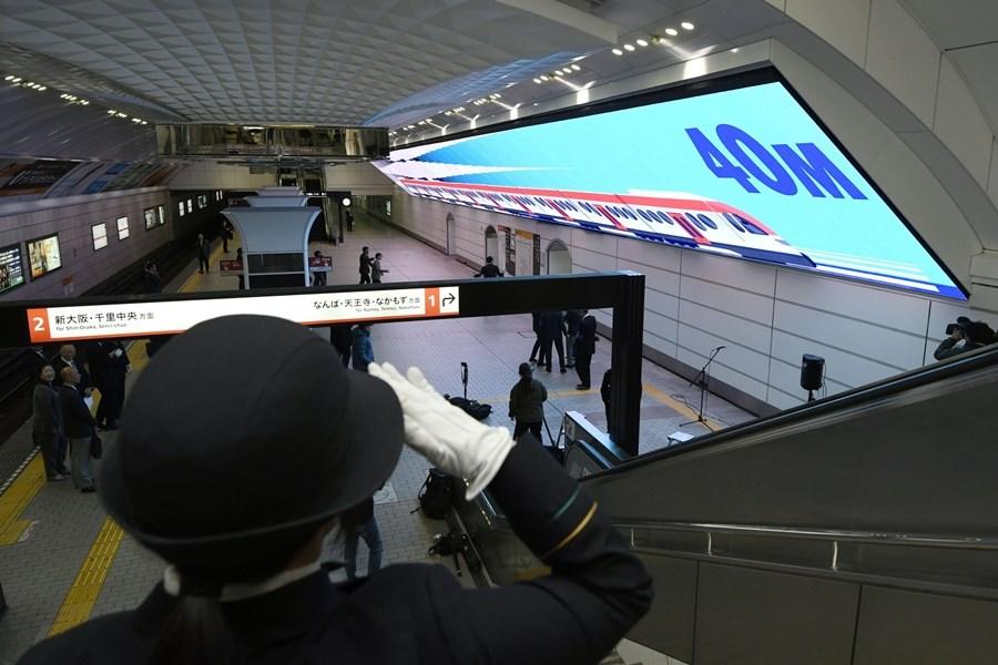 日本大阪地下鐵御堂筋線梅田站月台上,新設置一面長約40公尺、寬約4公尺的大型LED螢幕,長度相當於兩節電車車廂。(共同社提供)