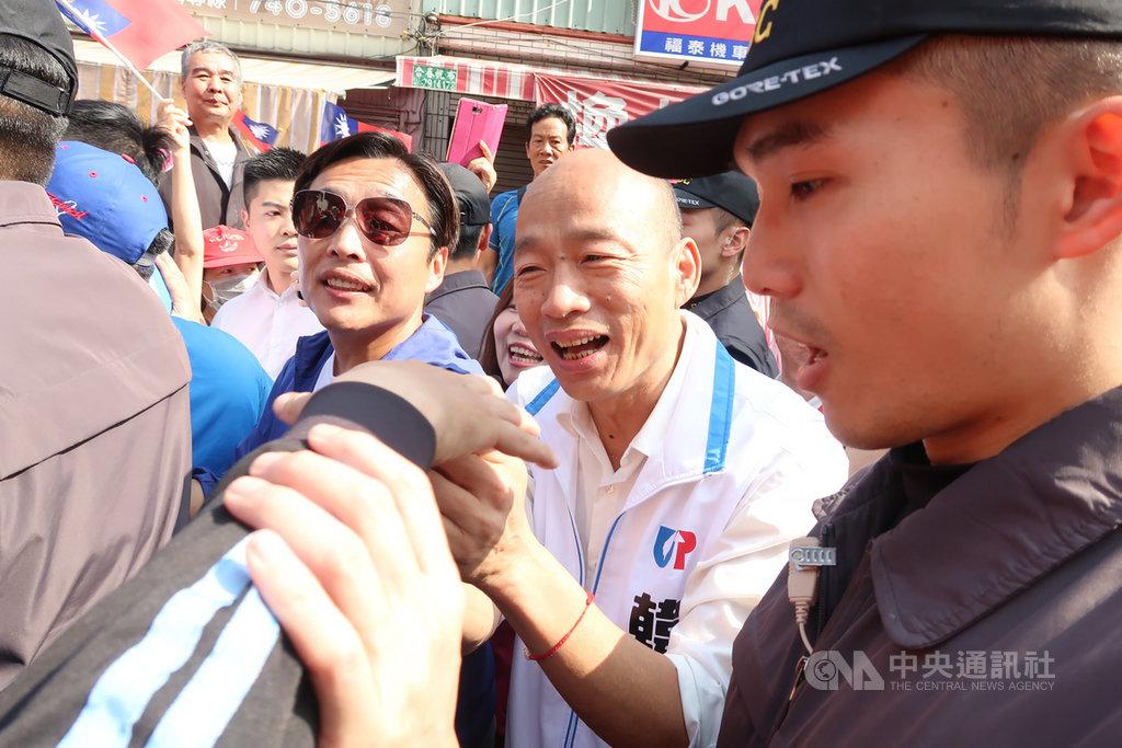國民黨總統參選人、高雄市長韓國瑜(中)1日回防高雄,排滿立委輔選行程。他說,近來在外地展開傾聽之旅,回到高雄讓他感覺特別溫暖。中央社記者王淑芬攝 108年12月1日