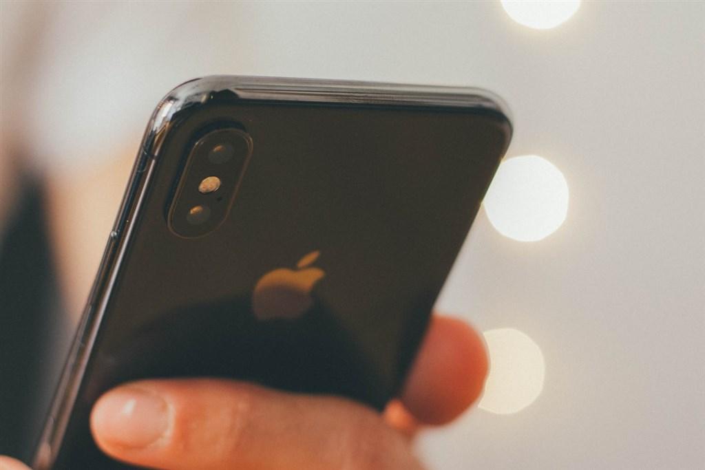 有北醫學生上網賣手機,卻遭自稱衛福部官員的買家索賠、涉嫌威脅,引發熱議。(示意圖/圖取自Unsplash圖庫)