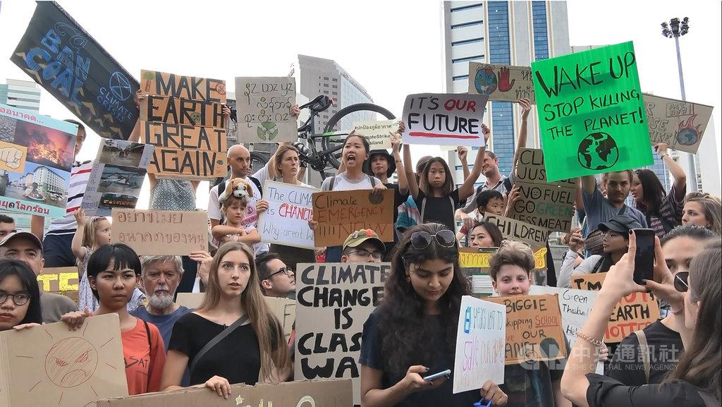 由一群泰國年輕人發起的氣候變遷抗議活動11月29日在曼谷市中心的是樂園登場,呼籲各界採取行動對抗氣候變遷。中央社記者呂欣憓曼谷攝 108年12月1日