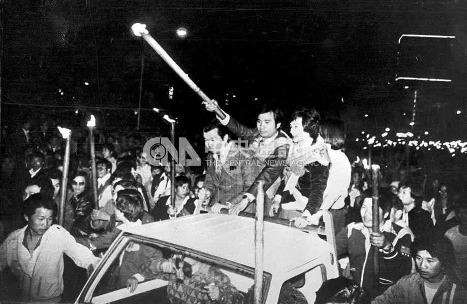 美麗島事件發生在1979年12月10日,以美麗島雜誌社成員為核心的黨外運動人士,當天組織群眾遊行及演講,訴求民主與自由,終結黨禁和戒嚴。(中央社檔案照片)