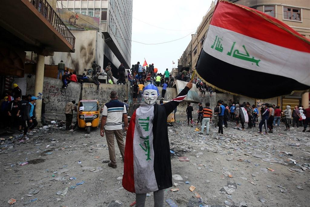 伊拉克爆發長達2個月反政府示威抗爭,迫使總理馬蒂下台。圖為11月29日在伊拉克首都巴格達的示威行動。(法新社提供)