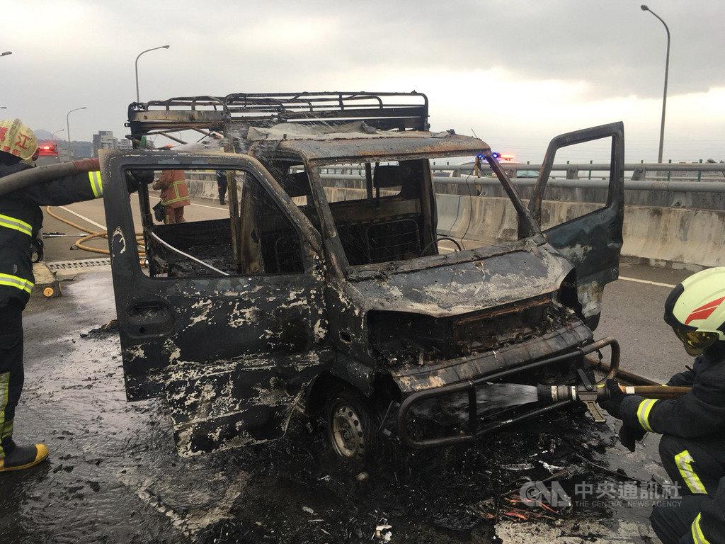 台64線快速道路五股路段往蘆洲方向的匝道2日下午發生火燒車事故,警消獲報迅速到場撲滅火勢,所幸無人傷亡。(翻攝畫面)中央社記者王鴻國傳真 108年12月2日