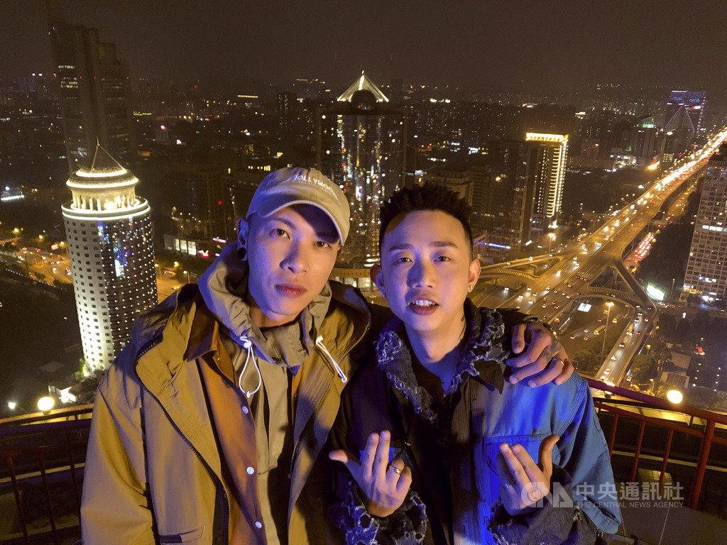 饒舌團體「頑童MJ116」單飛不解散,成員小春Kenzy(左)率先推出EP,其中一首歌曲更邀中國綜藝節目「中國有嘻哈」冠軍GAI(右)合作。(本色音樂提供)中央社記者陳秉弘傳真 108年12月2日