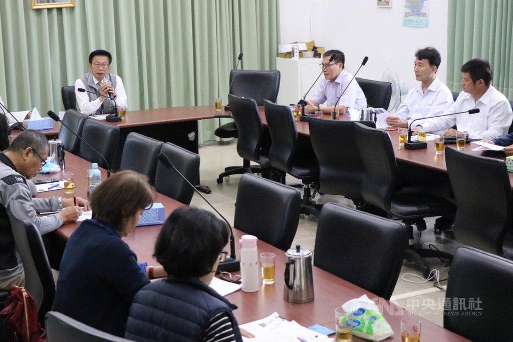 民進黨立委郭國文(左)2日邀請農糧署官員與台南胡麻主要產地的農會代表舉辦胡麻品牌化座談會,建議邀請藝人林志玲來為台南的胡麻品牌做公益性代言。中央社記者楊思瑞攝 108年12月2日