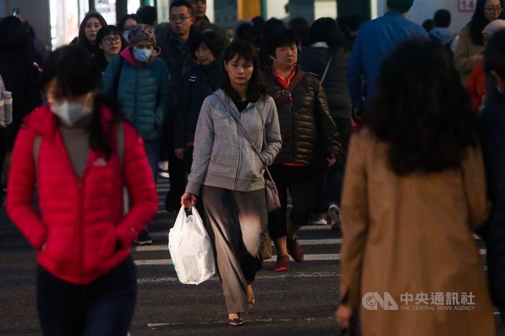 中央氣象局2日指出,受到大陸冷氣團影響,北台灣愈晚愈冷,氣溫將一路下降,提醒民眾外出注意保暖。中央社記者吳家昇攝 108年12月2日