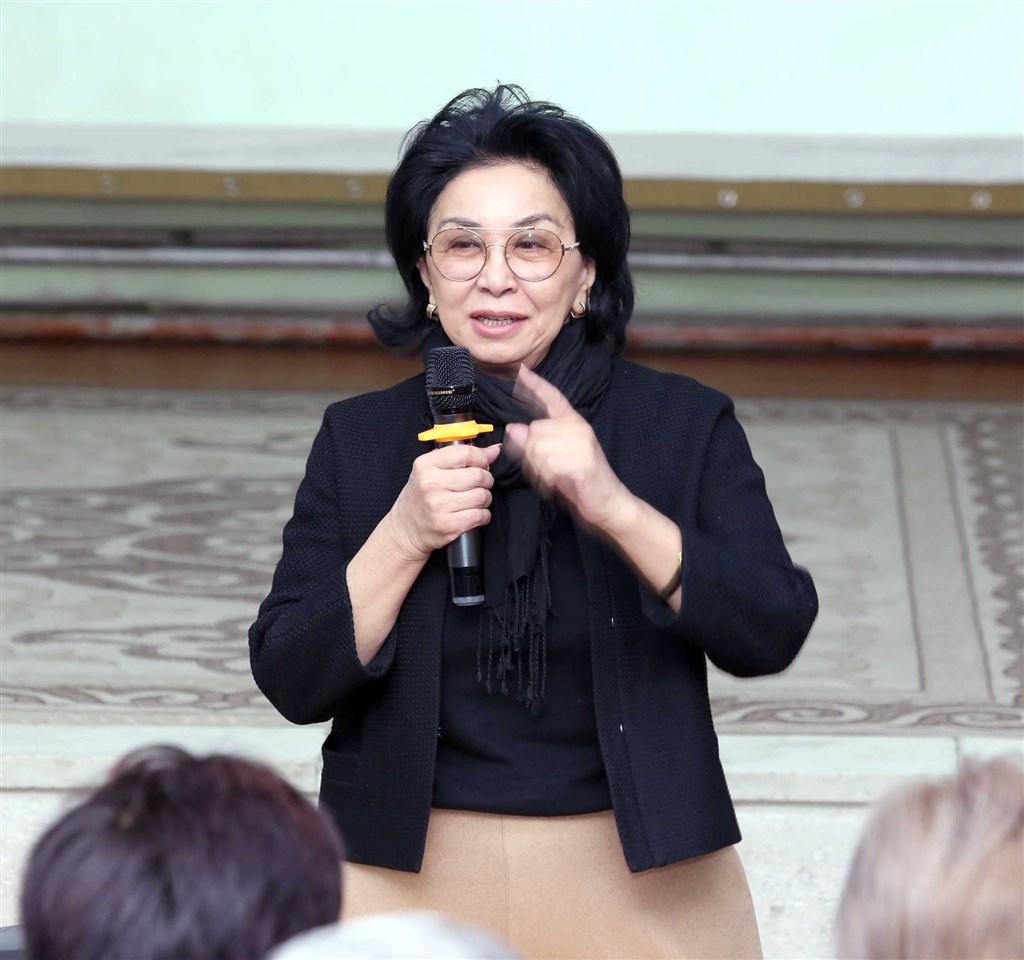 吉爾吉斯國家美術館館長姜格拉切娃(中)因舉辦吉國首次女性主義藝術展引發保守人士抗議,2日請辭獲准。(圖取自facebook.com/knmiiNationalmuseum)