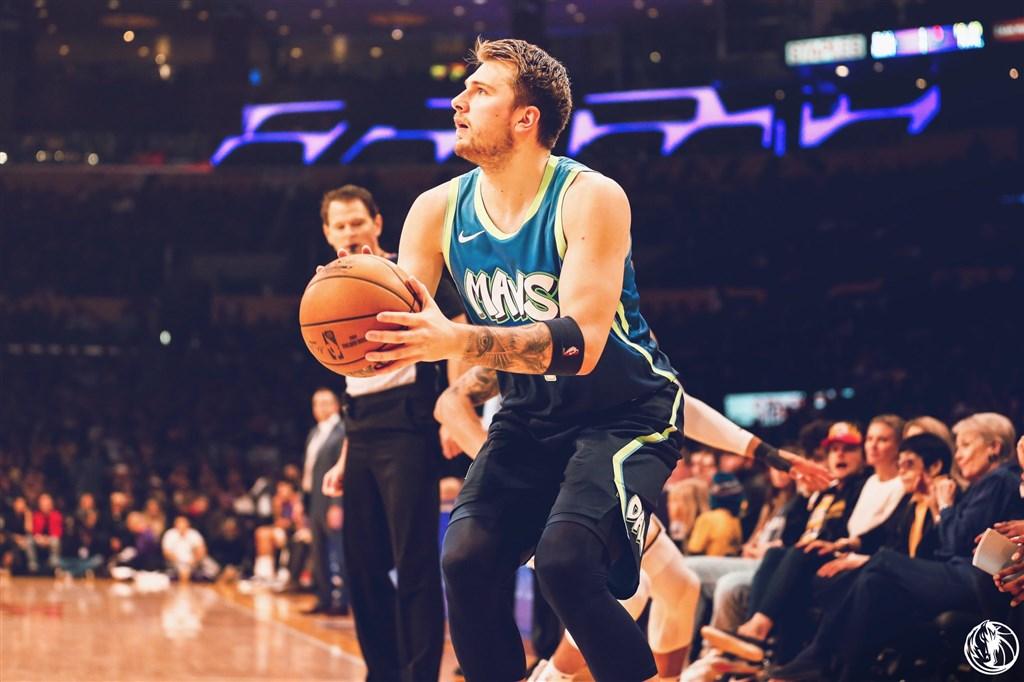 NBA達拉斯獨行俠的唐西奇(前)1日繳出27分、10助攻、9籃板的「準大三元」成績,幫助達拉斯獨行俠以114比100終止洛杉磯湖人10連勝。(圖取自twitter.com/MavsPR)