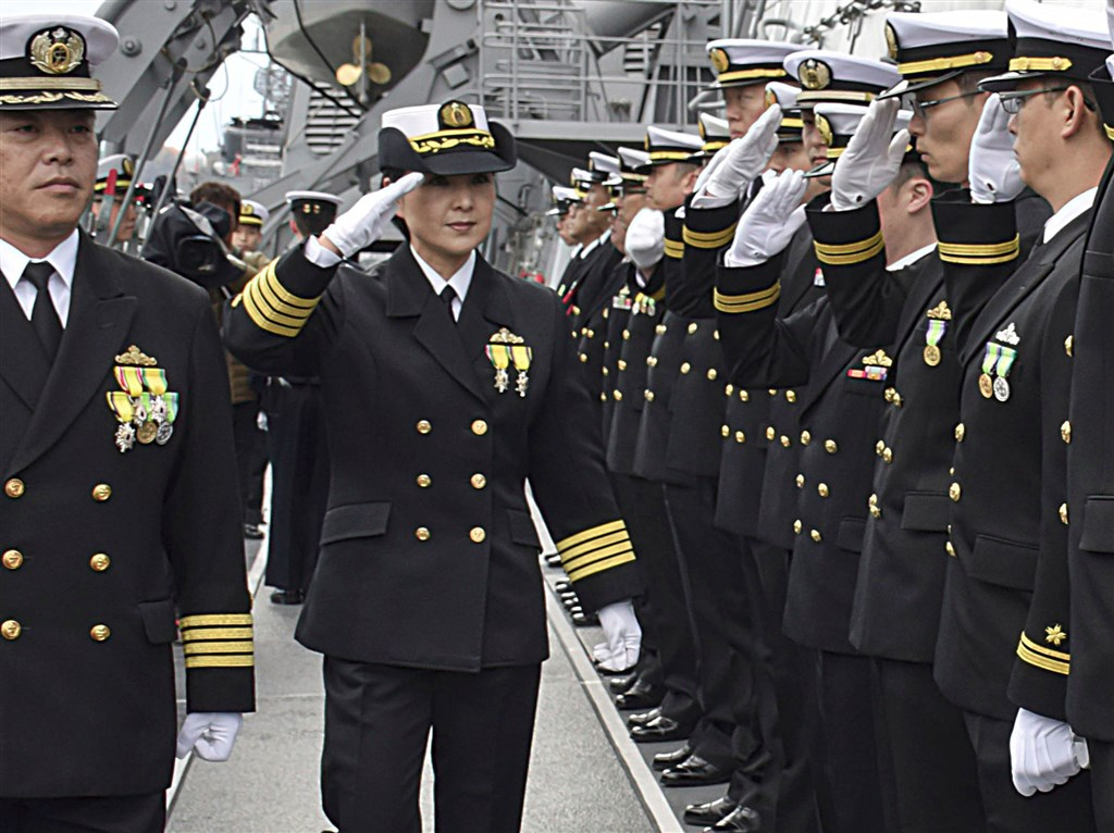 日本海上自衛隊一等海佐大谷三穗(左2)2日接任海上自衛隊神盾艦艦長,是日本首位神盾艦女艦長。(共同社提供)