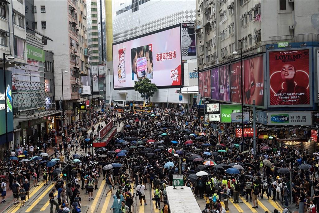 在「反送中」運動和中美貿易戰等負面背景因素之下,香港財政司預期2019年度財政會出現赤字,是15年以來首次。圖為8月11日反送中示威一景。(中央社檔案照片)