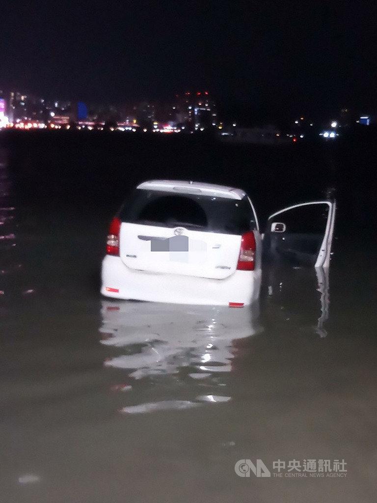 新北市八里區渡船頭碼頭2日晚間發生一起汽車衝入淡水河的事故,車內母子兩人獲救送醫,確切事發原因仍待釐清。(翻攝畫面)中央社記者王鴻國傳真 108年12月2日
