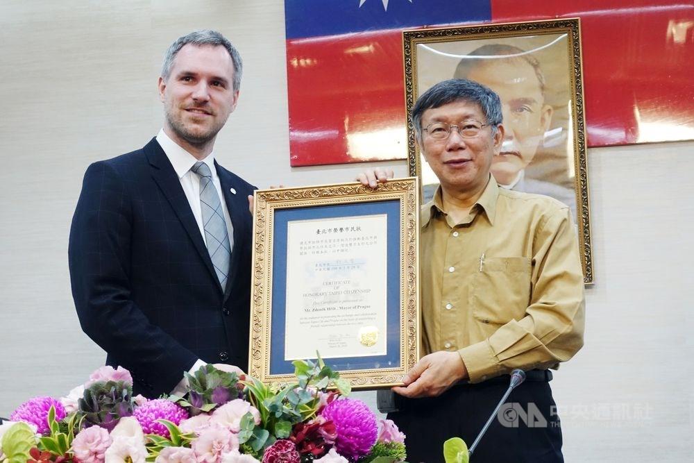 捷克首都布拉格的市長賀瑞普(左)宣布,將在2020年1月台北市長柯文哲(右)來訪時,與台北市正式締結為姐妹市。圖為賀瑞普3月與柯文哲會面,獲贈「榮譽市民狀」。(中央社檔案照片)