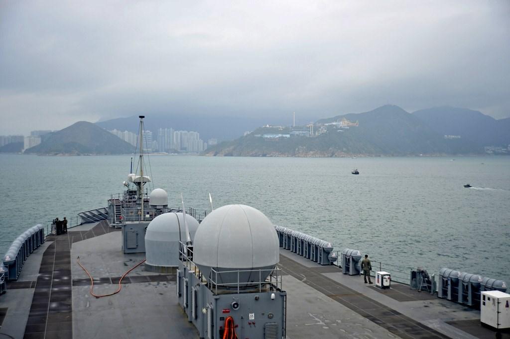 中國外交部2日宣布,即日起暫停審批美國軍艦赴香港休整的申請。圖為4月美國兩棲指揮艦藍嶺號抵香港。(圖取自美國太平洋艦隊網頁cpf.navy.mil)