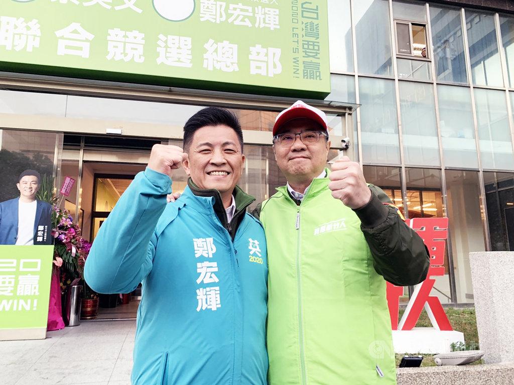 民進黨主席卓榮泰(右)3日為新竹市立委參選人鄭宏輝(左)輔選。卓榮泰表示,就是要全力助攻、也要集中選票,讓鄭宏輝順利過關。中央社記者郭宣彣攝 108年12月3日