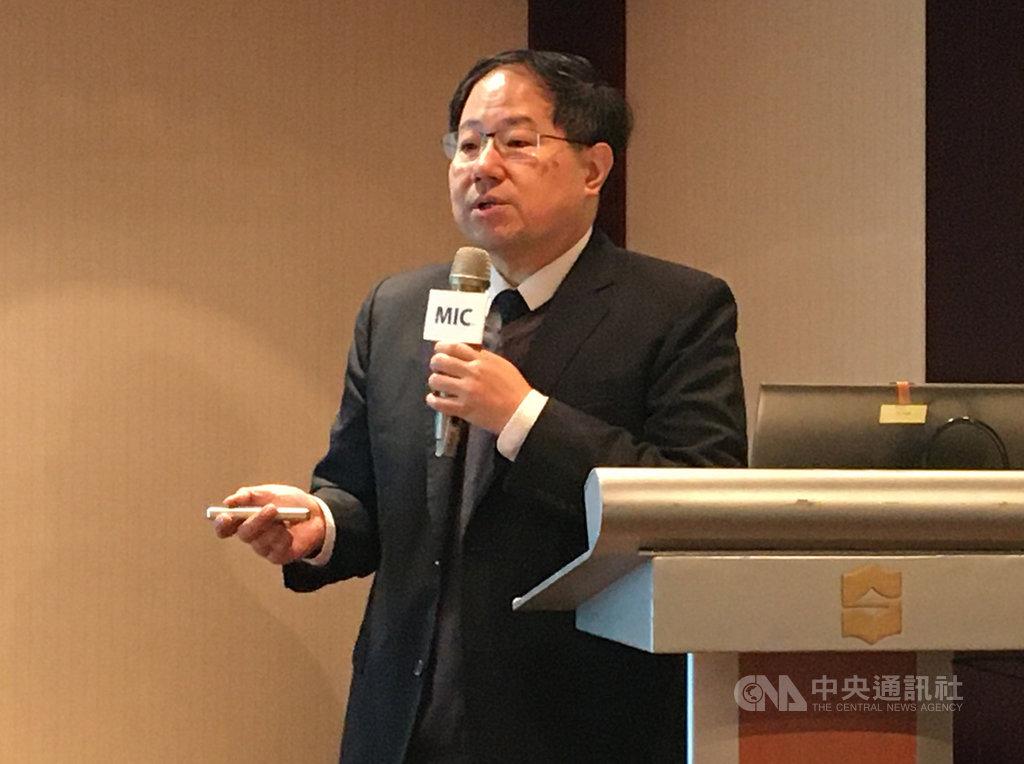 資策會MIC產業顧問兼副主任楊中傑3日指出,中國大陸半導體產業投資基金運作扶持本土產業,加上內需市場優勢,逐漸對台灣IC設計、製造與封測等次產業構成威脅。中央社記者鍾榮峰攝  108年12月3日