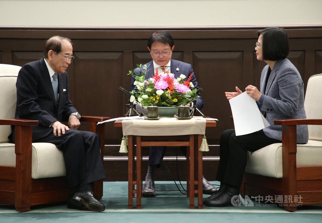 總統蔡英文(右)3日接見日本台灣交流協會會長大橋光夫(左),總統表示台日雙方互訪人數今年很有可能突破700萬人次的大關創下歷史新高;雙方洽談太平洋夥伴全面進步協定(CPTPP)正是時機。中央社記者鄭傑文攝 108年12月3日