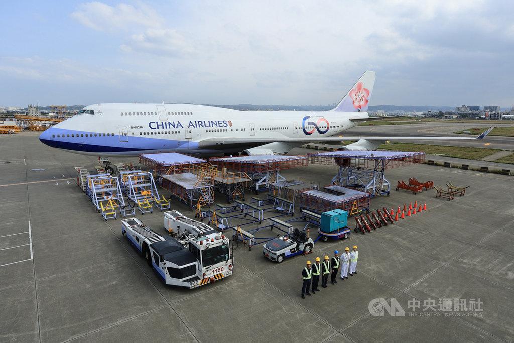 中華航空為歡慶60週年,彩繪機747-400(客機)塗裝3日正式出廠,並以「開箱」方式,對外展示新機。(華航提供)中央社記者邱俊欽桃園機場傳真 108年12月3日