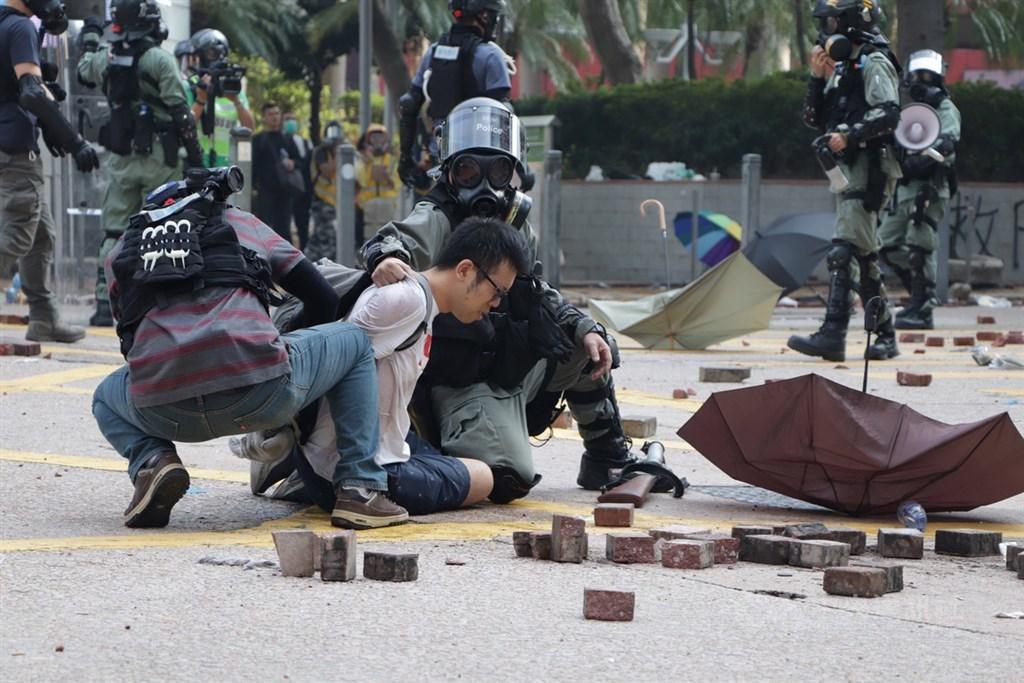 香港反送中抗爭超過5百人被控暴動罪。民主派議員2日提出私人條例草案,建議修改暴動、非法集結的控罪定義,降低刑期。圖為香港理工大學外圍11月18日有示威者想進入校園支援,防暴警察多次放催淚彈阻止。(中央社檔案照片)