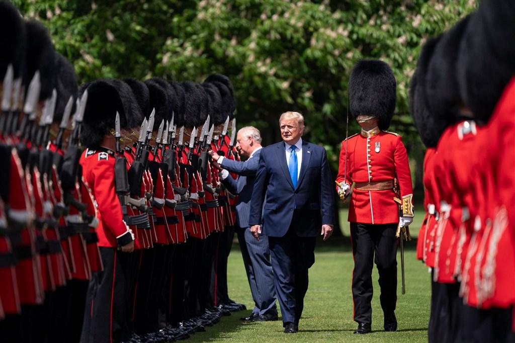 美國總統川普(前著深藍西裝者)3日表示,可能要等到2020年11月美國總統大選後,才會與中國達成貿易協議。圖為英國王室歡迎川普到訪,並由查爾斯(後著藍西裝者)陪同檢閱英軍儀隊(圖取自twitter.com/WhiteHouse)