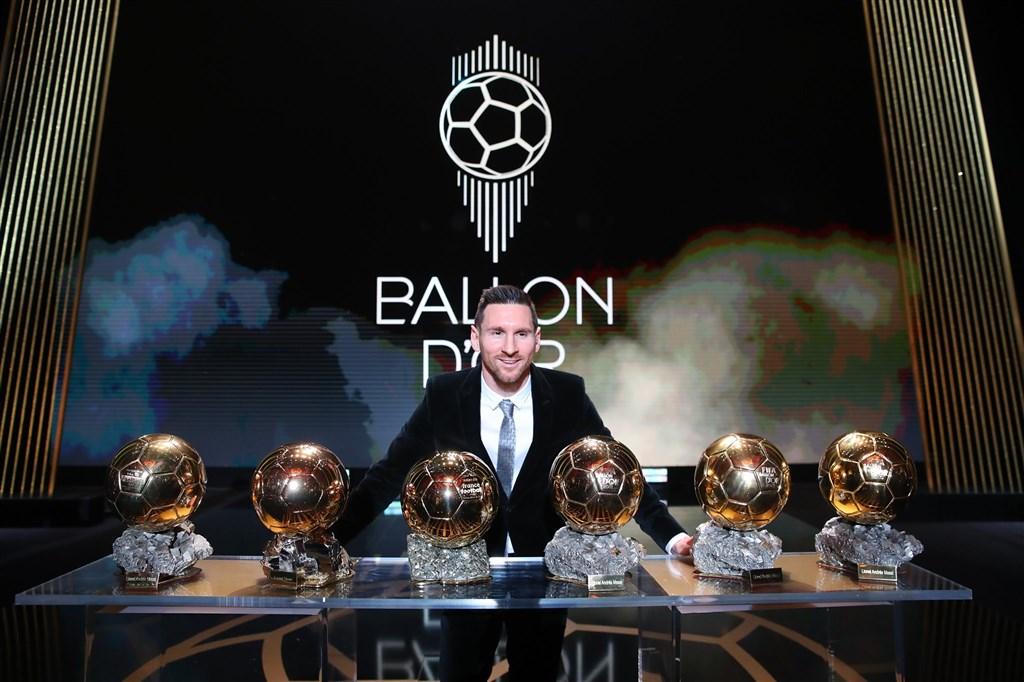 阿根廷足球巨星梅西獲得2019年金球獎,這是他生涯第6座金球獎,成為獲得最多金球獎的球員。(圖取自facebook.com/Francefootball.fr)