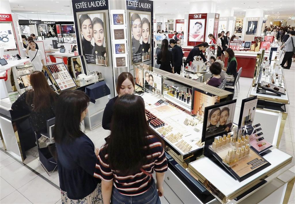 兩名日本官員3日表示,為了支持脆弱經濟成長,日本準備推出13兆日圓振興經濟方案。圖為日本東京銀座百貨公司的化妝品專櫃。(檔案照片/共同社提供)