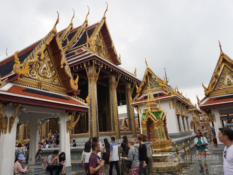 泰國電子簽證新制遭台灣民眾抱怨,泰國駐台辦事處2日公告表示,泰國簽證線上申請作業已對中國、英國、法國等實施,非針對台灣而設立。圖為泰國知名景點玉佛寺。(中央社檔案照片)