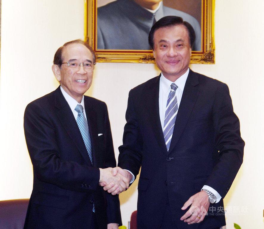 立法院長蘇嘉全(右)3日在立法院會客室,會見日本台灣交流協會會長大橋光夫(左),兩人握手致意。中央社記者施宗暉攝  108年12月3日